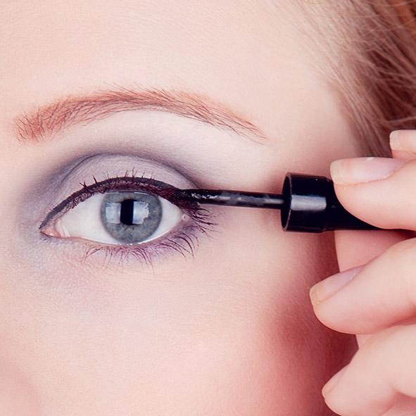 visage avec eye liner